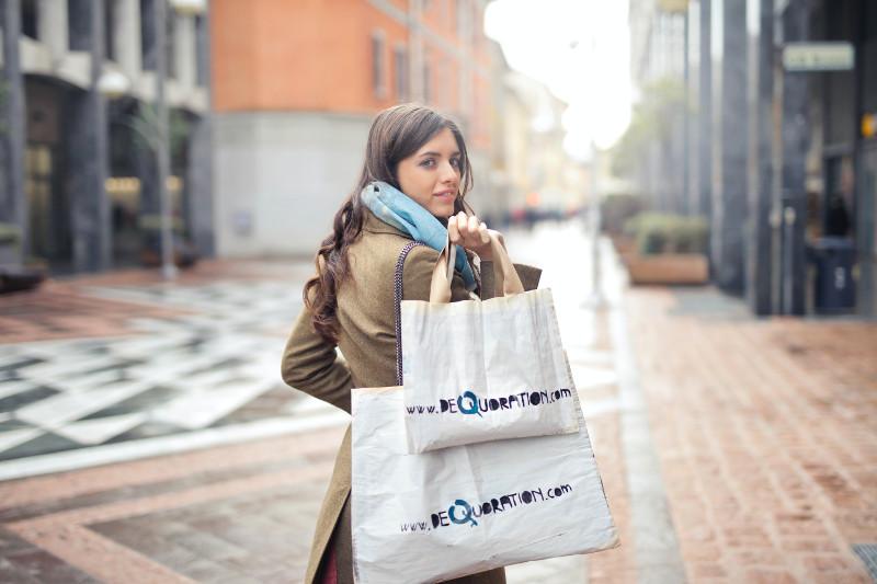 Mit kell tenni pontosan, ha egy bolti eladásnál az ügyfél számlát kér?